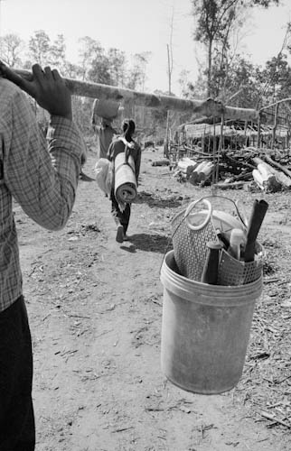 CAMBODIA. Rumchek3 (Oddar Meanchey). 11/01/2006 : Settlers moving their belongings to the safety of a nearby village after an official from the Forestry Department told them they would be evicted for the second time.